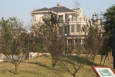 长沙好房子网 资讯中心 独家 > 正文      掩藏在绿树丛中的别墅,可惜