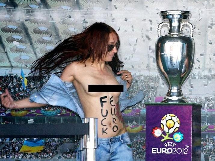 乌克兰女子半裸偷袭欧洲杯奖杯