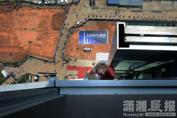 """""""蜘蛛侠""""徒手攀爬268米高楼"""