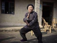 94岁功夫奶奶健步如飞 曾单挑恶霸勇斗无赖