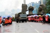 部队撤离鲁甸灾区 上万群众冒雨送行