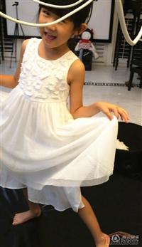 贝儿秒变小歌手 白裙长腿表情逗趣
